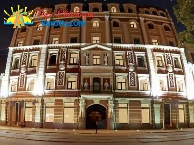 Фасад здания отеля Podol Plaza