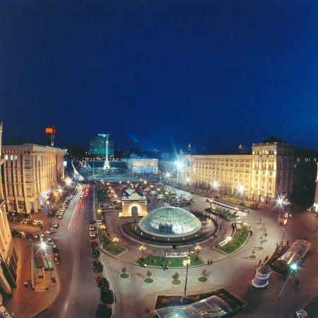 Майдан Незалежности ночью